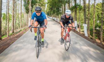 Dva jezdci na silničním kole