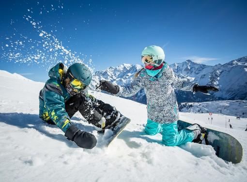 Snowboardisté na svahu