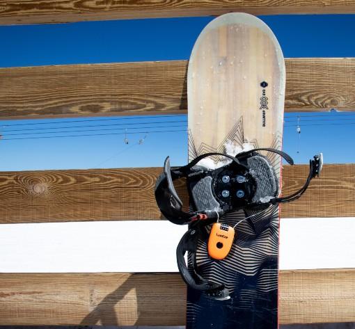 Snowboard opřený o zábradlí