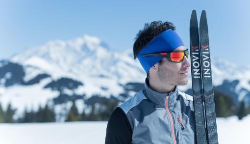Běžky opřené o lyžaře