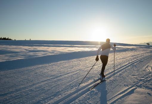 Běh na lyžích při západu slunce