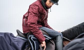 Dívka v zimě na koni
