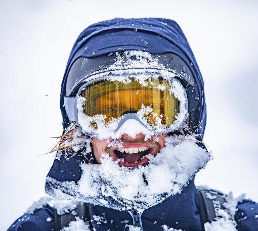 Zasněžený lyžař