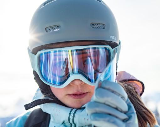 Modré lyžařské brýle a helma