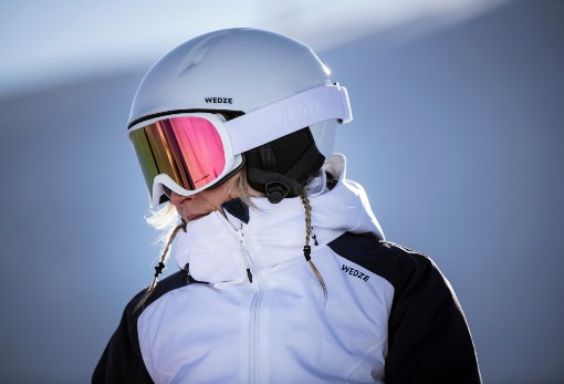 žena s bílou lyžařskou přilbou