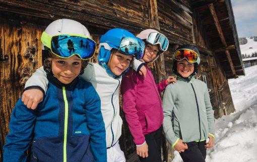 Děti v lyžařské přilbě