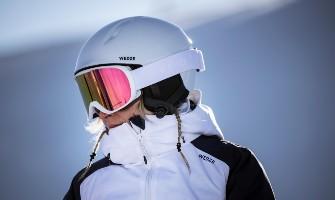 Bílá lyžařská helma