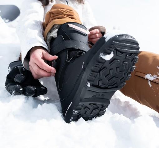 černé boty na snowboard