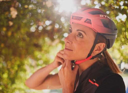 Zapínání cyklistické přilby