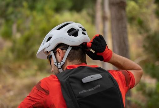 Utahování helmy na kolo