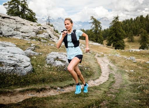 žena při terénním běhu