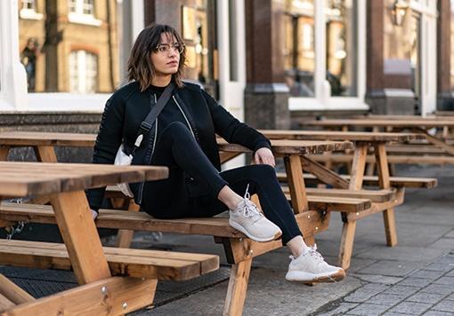 chodkyně na lavičce