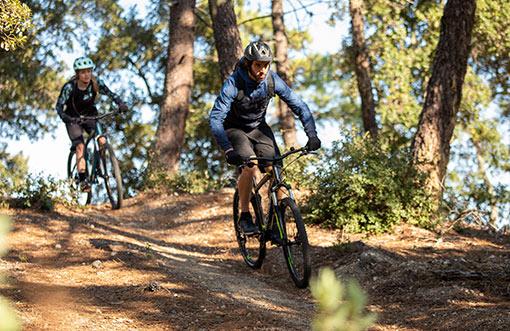 cyklisti na horských kolách