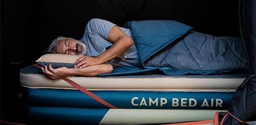 spánek na nafukovací matraci