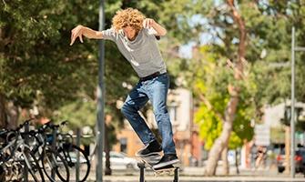 skateboardista ve skateparku