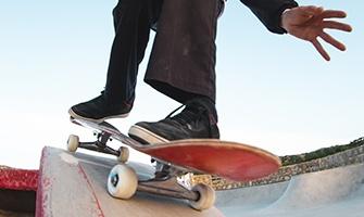 skateboard na rampě