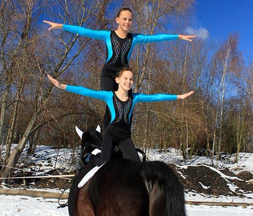 dvě akrobatky na koni