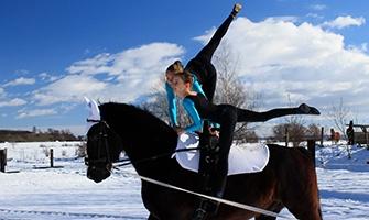 akrobatka na koni při voltiži