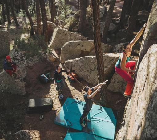 skupina boulderistů