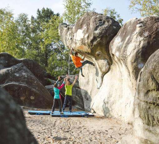skupina při boulderingu