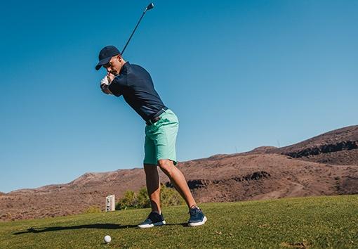 golfista v golfových kraťasech