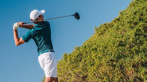 golfista při odpalu