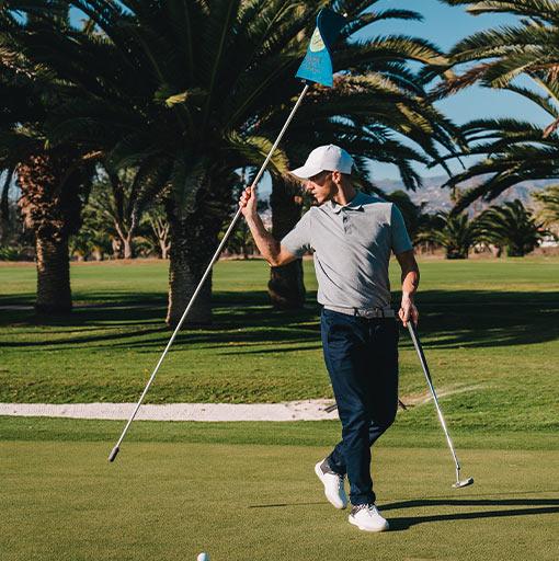 golfista na golfovém hřisti