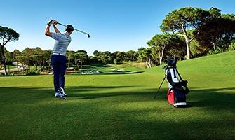 golfista na trávníku