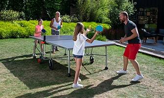 rodina hrající stolní tenis