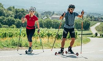 běžci na kolečkových lyžích
